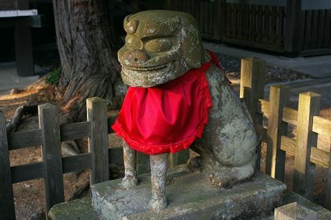 拝殿前の狛犬(右)