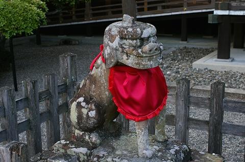 拝殿前の狛犬(左)