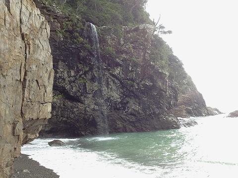 海に流れ込む滝