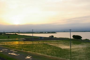 川と田んぼと夕焼けと
