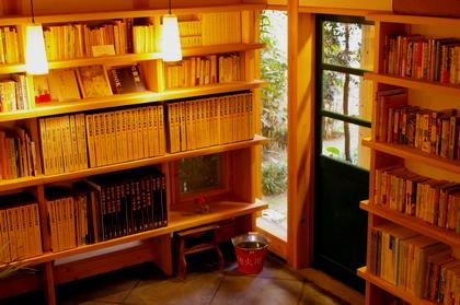 万年山文庫茶房一階入り口を望む